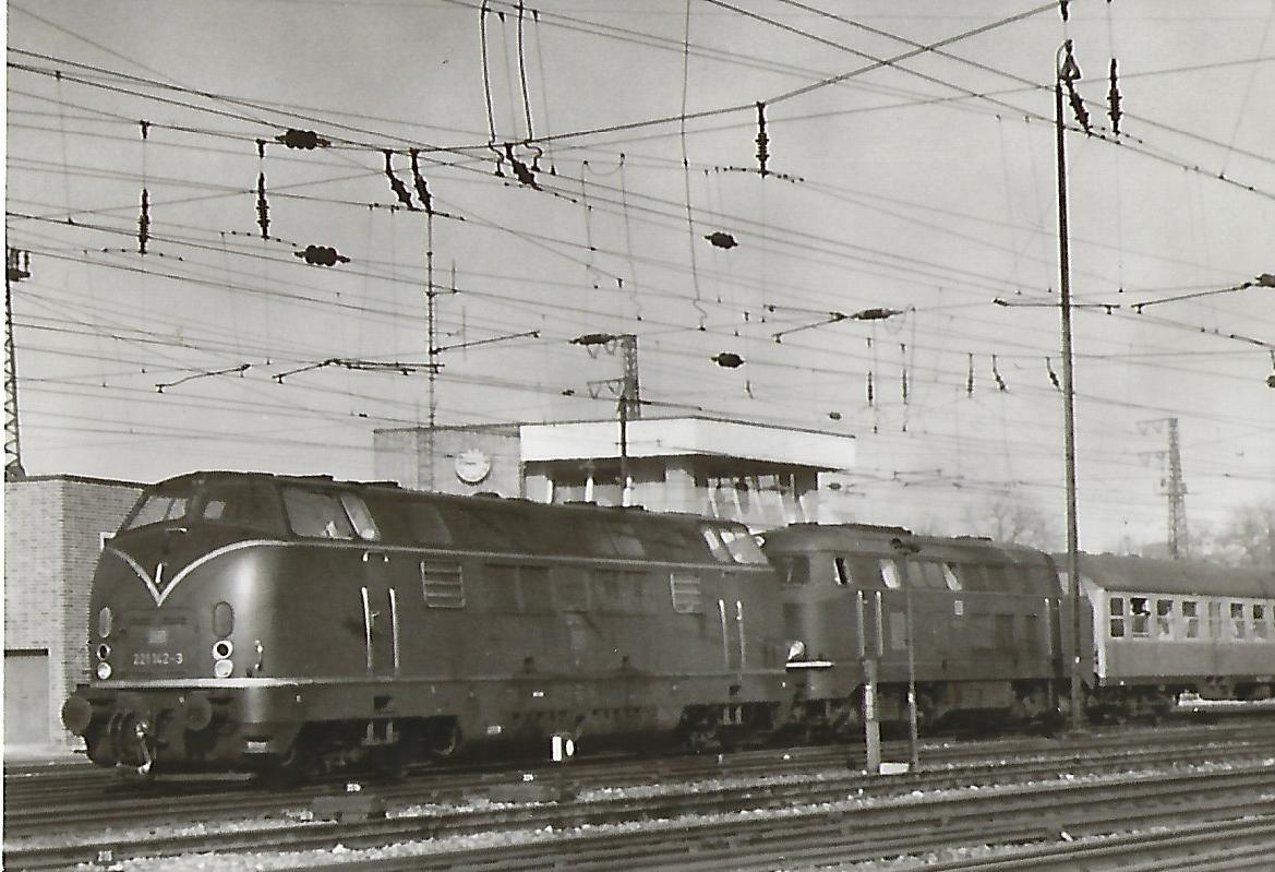 221 142 und 216 … bei der Ausfahrt aus Ulm Hbf. (5183)