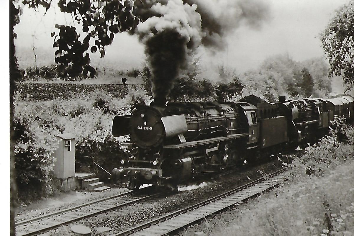 044 339 und 052 … in der Steigung von Schwäbisch Hall nach Hessental. (5187)