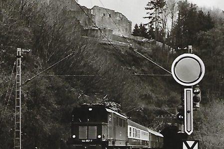 144 057 vor der Hinterburg bei Neckarsteinach. Eisenbahn Bestell-Nr. 5188