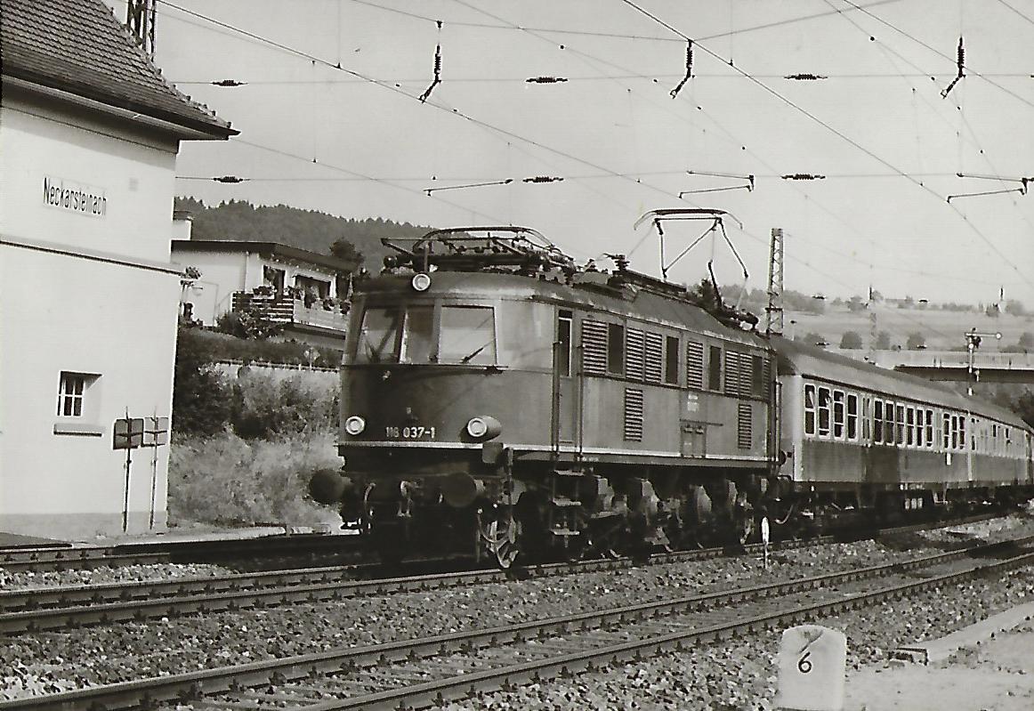 052 801 wartet im Bahnhof Gaildorf. (5190)