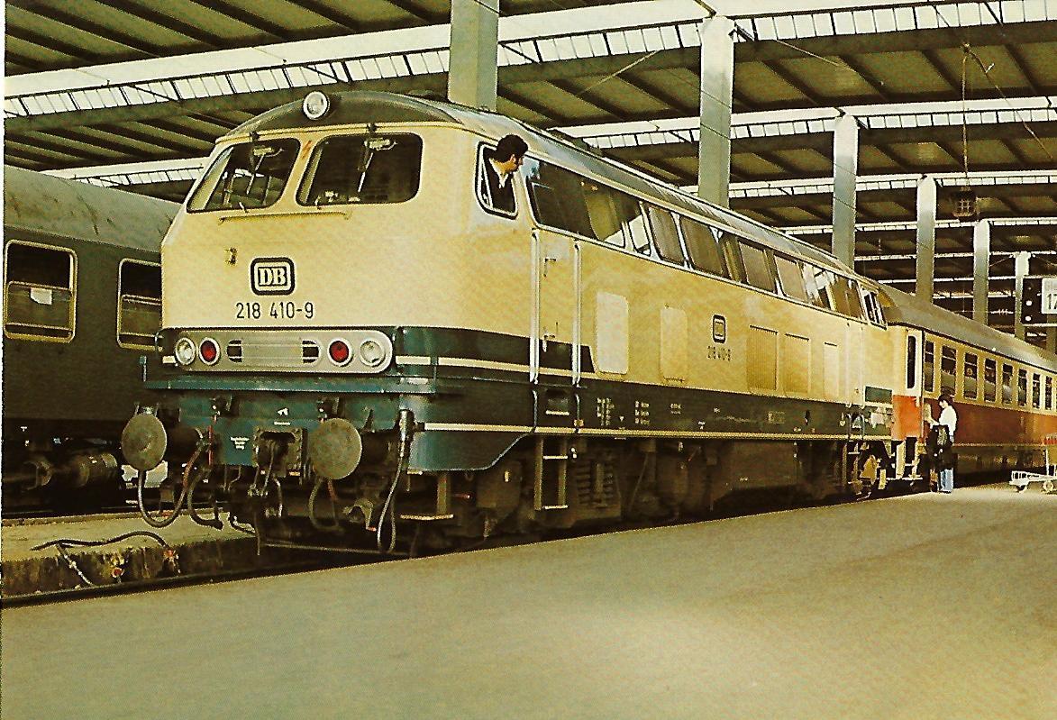 218 410-9 Dieselhydraulische Lokomotive lokomotive im Münchner Hbf am 17.4.1977. (10255)