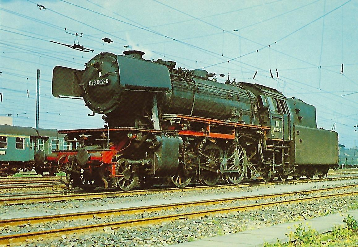 023 042-5 DB Personenzug-Dampflokomotive am 21.5.1975 in Bhf. Lauda. (10292)