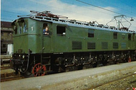 DB, elektr. Schnellzuglokomotive E 16 02 am 9.4.1966 im Hbf. München. Eisenbahn Bestell-Nr. 10355