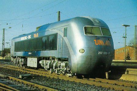 """DB, dieselelektrische Versuchslokomotive """"UM AN"""" im Bahnhof Celle. Eisenbahn Bestell-Nr. 10402"""