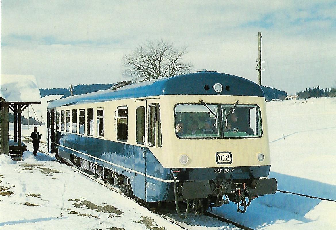 DB, diesel-hydraulischer Triebwagen 627 102-7 im Bhf. Hellengerst. (10408)