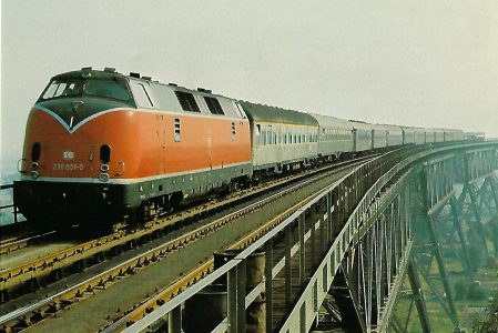 DB, diesel-hydraulische Lokomotive 230 001-0 bei Hochdonn / Nord-Ostsee-Kanal, 1969. (10431)