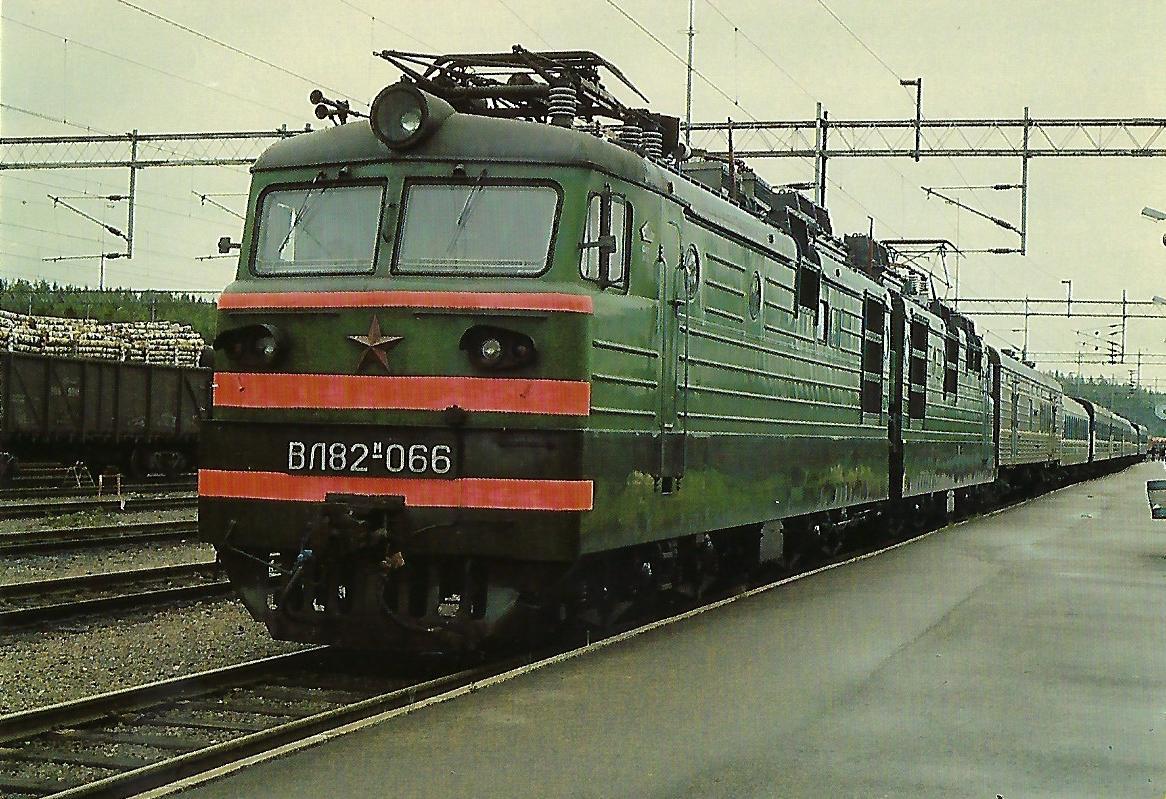 Eisenbahnen der Sowjet-Union (SZD), elektrische Zweisystem-Doppellokomotive WL 82 M-066 in Vainikkala. (10445)