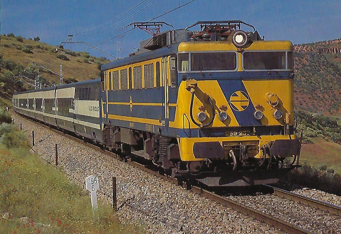 RENFE, elektrische Mehrzwecklokomotive 269-237 mit zwei Garnituren Talgo Pendular bei Linares-Baeza im Mai 1985. (10462)
