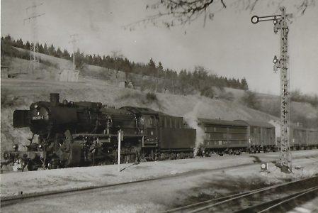 052 801 wartet im Bahnhof Gaildorf. Eisenbahn Bestell-Nr. 5190