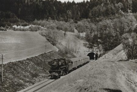 023 028 kurz nach der Ausfahrt aus dem Gaildorfer Tunnel in Richtung Backnang am 9.4.1974. Eisenbahn Bestell-Nr. 5191