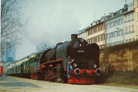 50 685 mit Museumszug. Frankfurt, Mainanlagen. Eisenbahn Bestell-Nr. 10242
