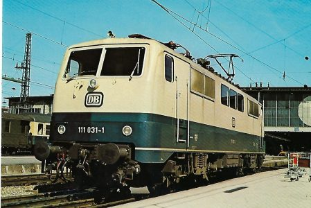 111 031-1 Elektrische Schnellzuglokomotive im Münchner Hbf am 17.4.1977.. Eisenbahn Bestell-Nr. 10253