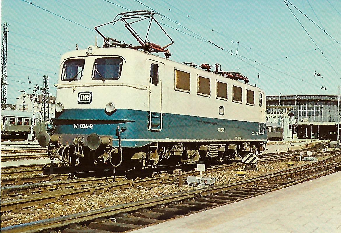 141 034-9 Elektrische Mehrzwecklokomotive im Münchner Hbf am 17.4.1977. Eisenbahn Bestell-Nr. 10254