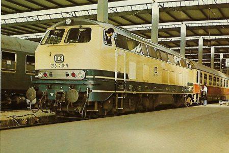 218 410-9 Dieselhydraulische Lokomotive lokomotive im Münchner Hbf. am 17.4.1977. Eisenbahn Bestell-Nr. 10255
