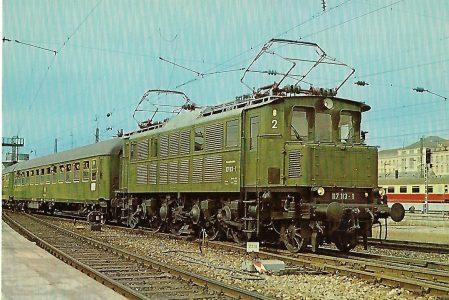 117 113-1 Elektrische Schnellzuglokomotiveim Hbf. München am 18.3.1979. (10278)