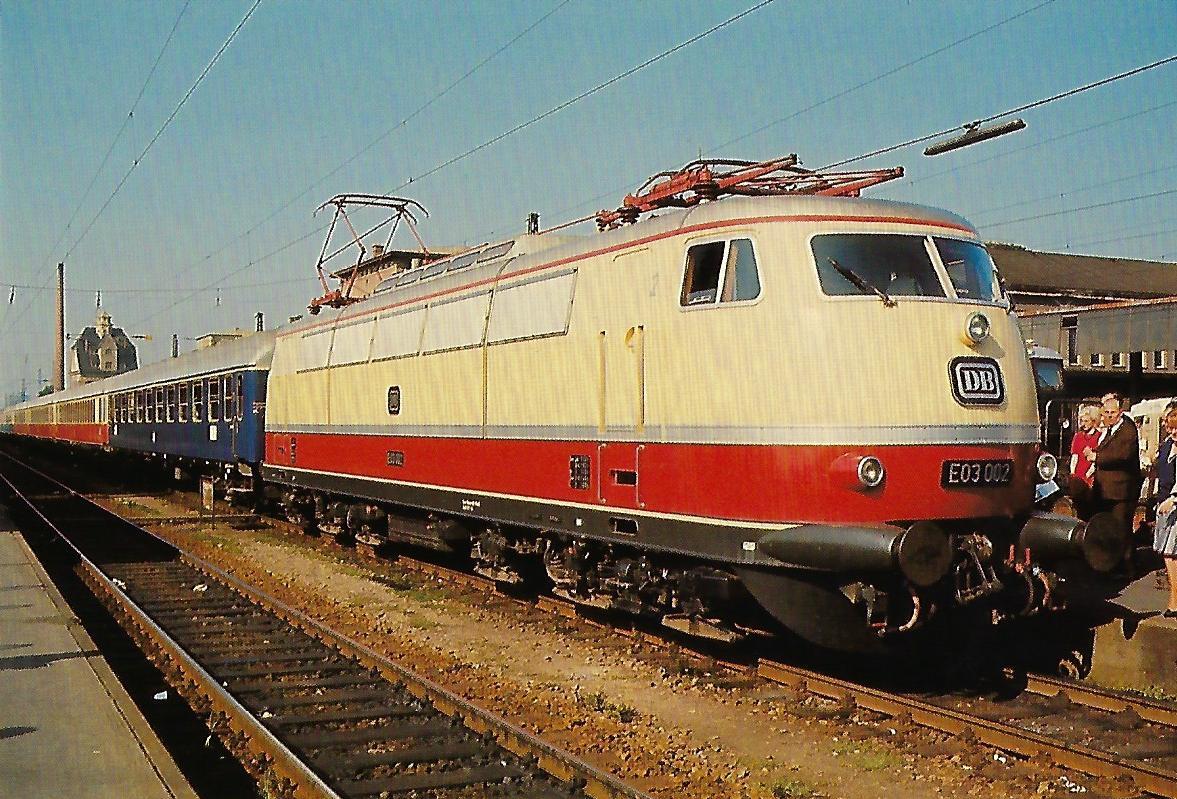 DB, elektr. Schnellzuglokomotive E 03 002 am 25.11.1965 im Hbf. Augsburg. Eisenbahn Bestell-Nr. 10360
