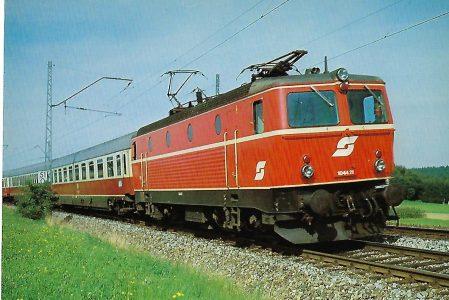 ÖBB, elektr. Schnellzuglokomotive 1044.21 am 22.8.1982 bei Traunstein. Eisenbahn Bestell-Nr. 10367