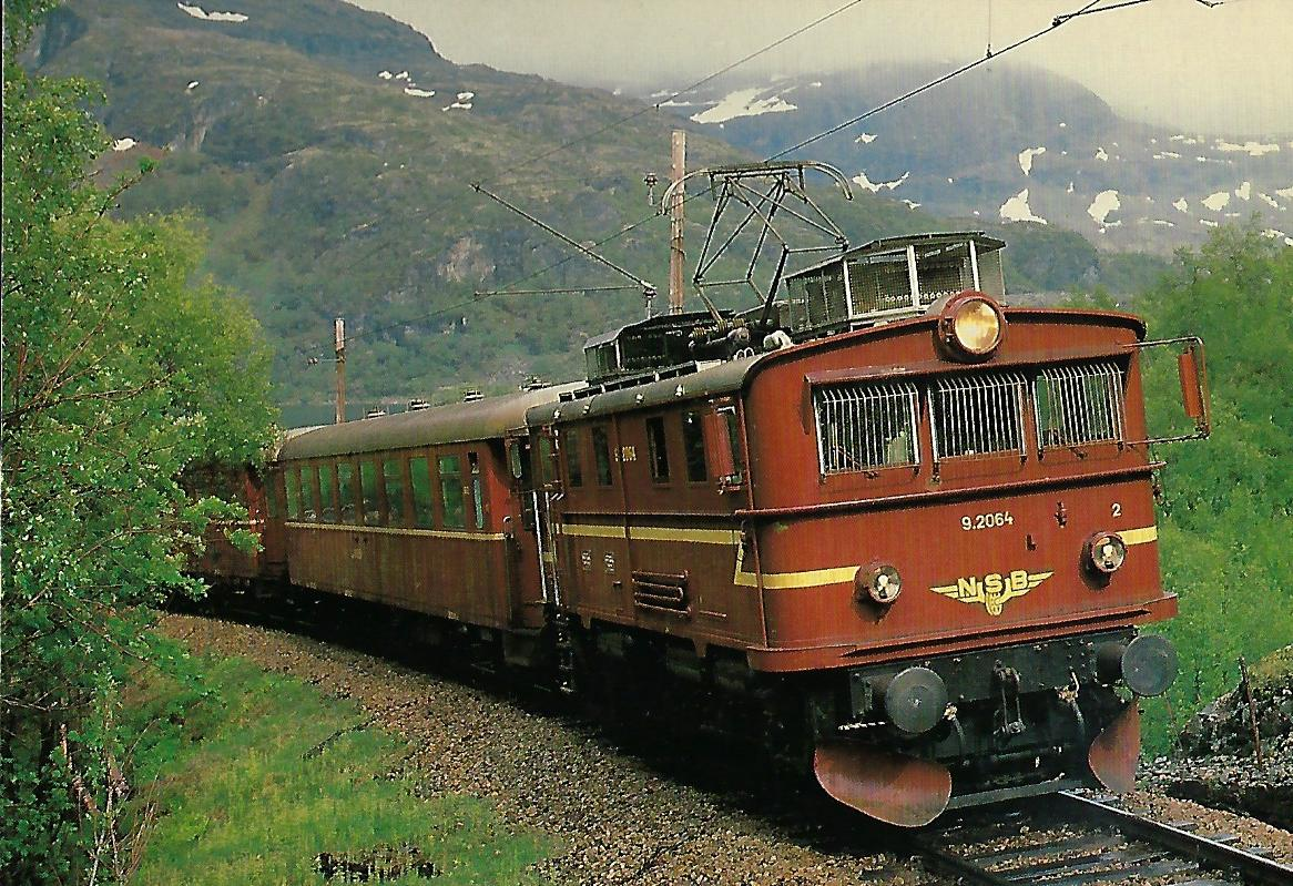 NSB 9.2064 auf der Flamsbahn bei Vatnahalsen. Eisenbahn Bestell-Nr. 10386