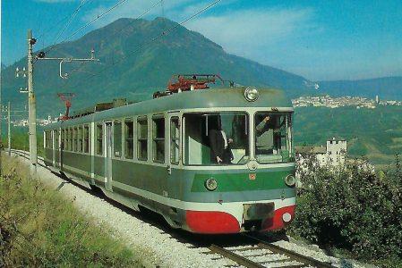 Ferrovia Elettrica Trento – Malé FETM, elektrischer Gelenktriebwagen bei Cles. Eisenbahn Bestell-Nr. 10391