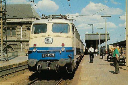 DB, Schnellzug-Lokomotive E 10 1309, 1965 im Bhf. Nürnberg. Eisenbahn Bestell-Nr. 10394