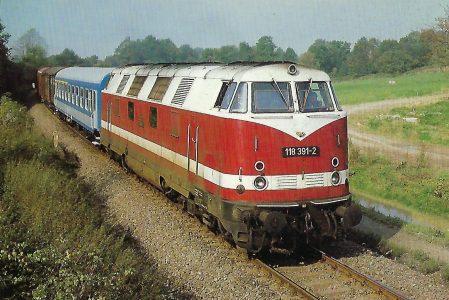 DR, diesel-hydraulische Lokomotive 118 391-2 bei Löbau / Sachsen. Eisenbahn Bestell-Nr. 10401