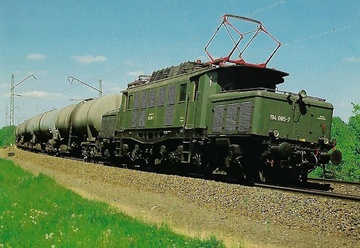 DB, elektrische Güterzuglokomotive 194 085-7 bei Nürnberg-Katzwang. Eisenbahn Bestell-Nr. 10423