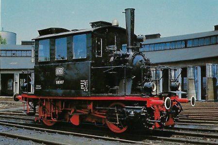 "DB, Lokalbahn-Dampflokomotive 98 307 ""Glaskastl"" im Bw Nürnberg Hbf, 1966. (10426)"