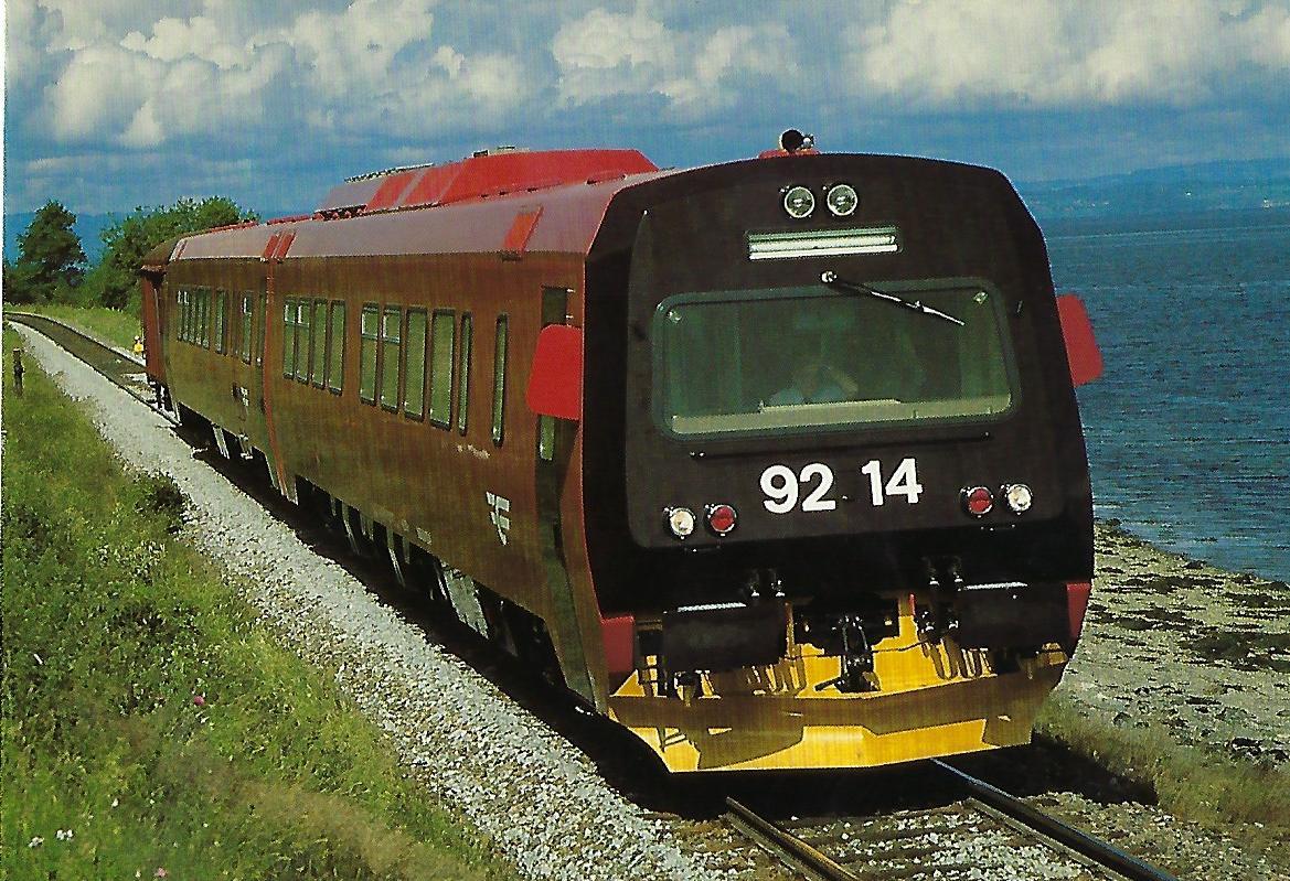 Norwegische Staatsbahnen, dieselelektrischer Triebwagen BM 92.14 bei Hommelvik. (10442)