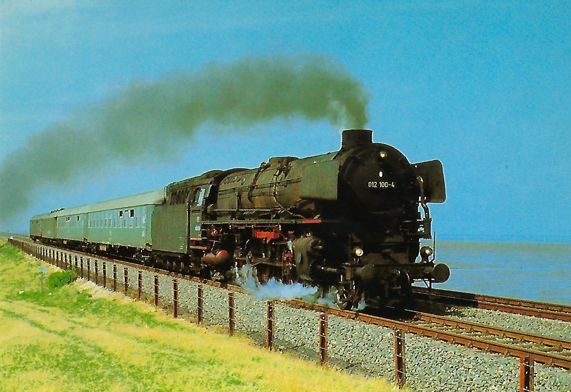 DB, Schnellzug-Dampflokomotive 012 100-4 auf dem Hindenburgdamm bei Klanxbüll im August 1970. (10450)