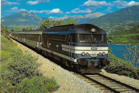 SNCF, diesel-elektrische Lokomotive BB 67549 auf der Strecke Briancon – Gap près de Savines im Juli 1984. (10452)