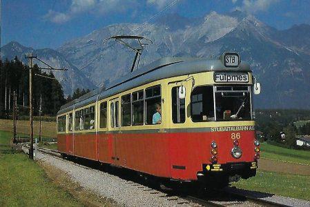 Stubaitalbahn, elektr. Gelenktriebwagen 86 beim Haltepunkt Muttereralmbahn, 1986. (10460)