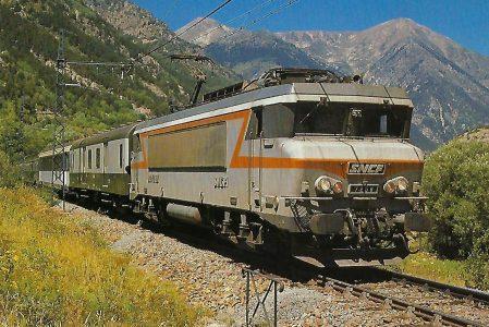 SNCF, elektrische Lokomotive BB 7259 (B'B') mit Schnellzug bei La Tour de Carol im Juli 1984. Eisenbahn Bestell-Nr. 10483