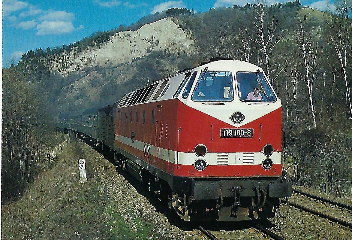 DR, dieselhydraulische Lokomotive 119 180-8 im April 1987 bei Kahla. Eisenbahn Bestell-Nr. 10489