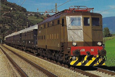 FS, elektrische Lokomotive E 636 192 mit Pullman-Zug Boulogne – Venedig im September 1987 bei Brixen. Eisenbahn Bestell-Nr. 10491