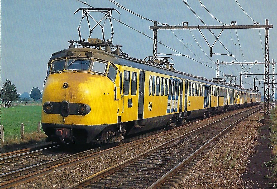 "Nederlandse Spoorwegen, elektrischer Triebwagenzug ""de Hondekop"" bei Nijkerk im September 1982. Eisenbahn Bestell-Nr. 10495"