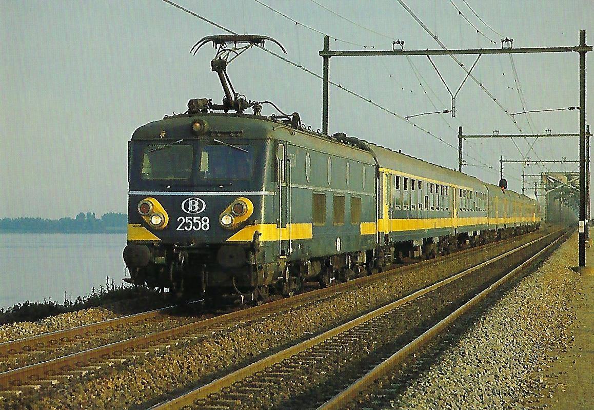 Belgische Staatsbahnen (SNCB), elektrische Lokomotive 2558 (Bo'Bo') mit Reisezug am Hollands Diep 1982. Eisenbahn