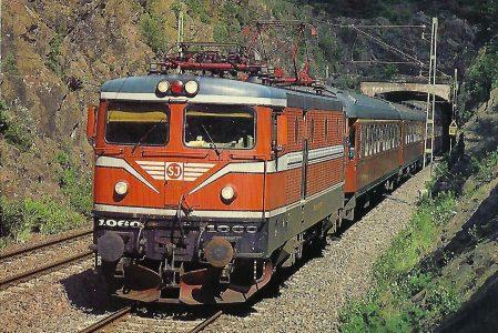 Schwedische Staatsbahnen (SJ), elektrische Schnellzuglokomotive 1060, Baureihe Rc3, Bo'Bo', mit Schnellzug Göteborg – Stockholm bei Alingsas im Juli 1985. Eisenbahn Bestell-Nr. 10502