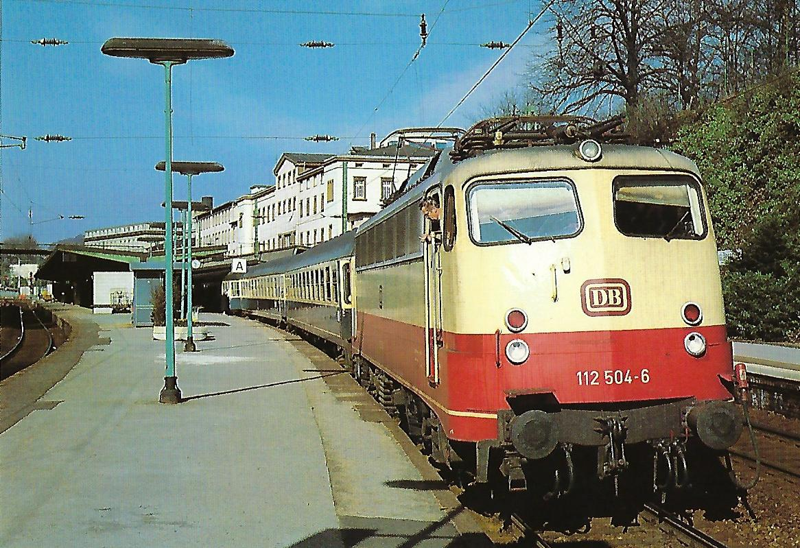 DB, elektrische Schnellzuglokomotive 112 504-6, Bo'Bo, in Wuppertal-Elberfeld im April 1984. Eisenbahn Bestell-Nr. 10512