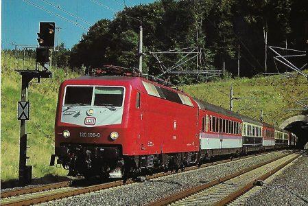 DB, elektrische Mehrzwecklokomotive 120 106-0, Bo'Bo', im August 1988 zwischen Würzburg und Gemünden. Eisenbahn Bestell-Nr. 10513