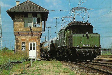DB, elektrische Güterzuglokomotive 194 128-5, Co'Co, in Mannheim Rangierbahnhof 1985. Eisenbahn Bestell-Nr. 10516
